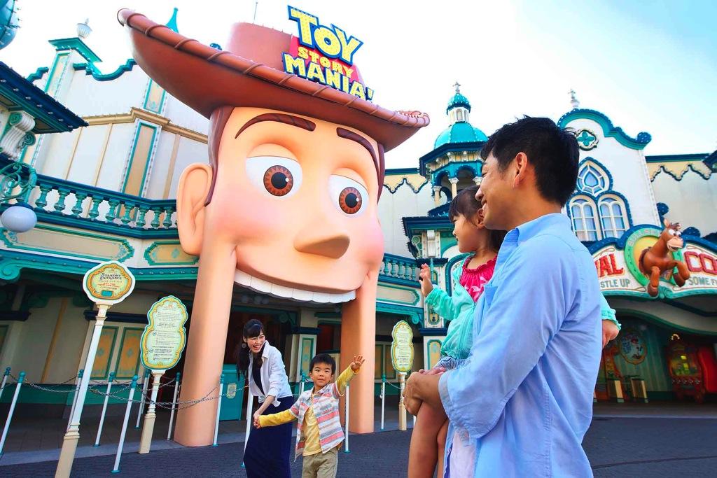 ハッピー15エントリーでアトラクションを体験する様子 イメージ (c)Disney