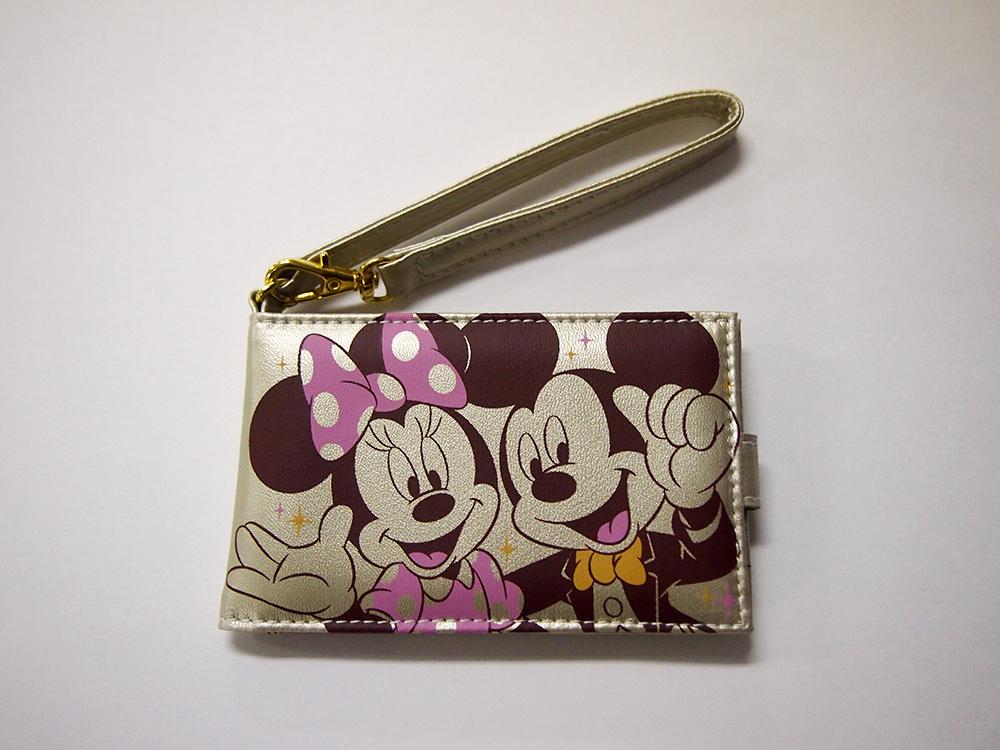 パスポートホルダー表面 (C)Disney