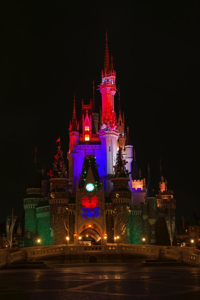 妖しく光るシンデレラ城 (c)Disney