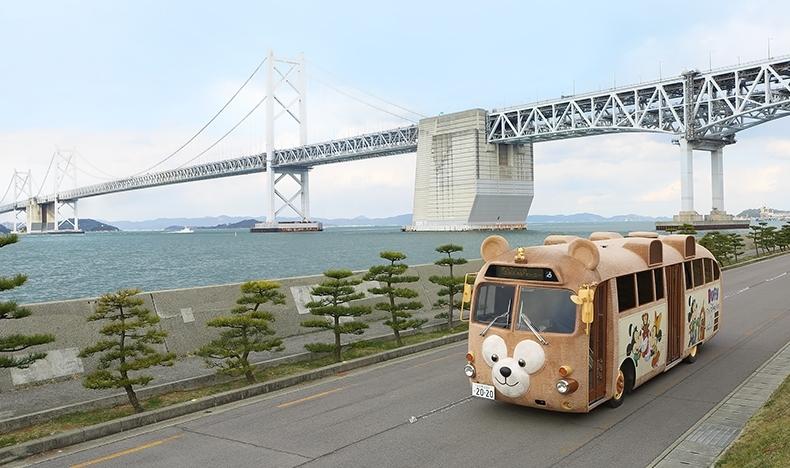 瀬戸大橋とダッフィーバス(3 月 6 日) (c)Disney