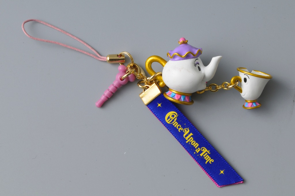 ストラップ(ミセス・ポットとチップ) 1200円 (c)Disney