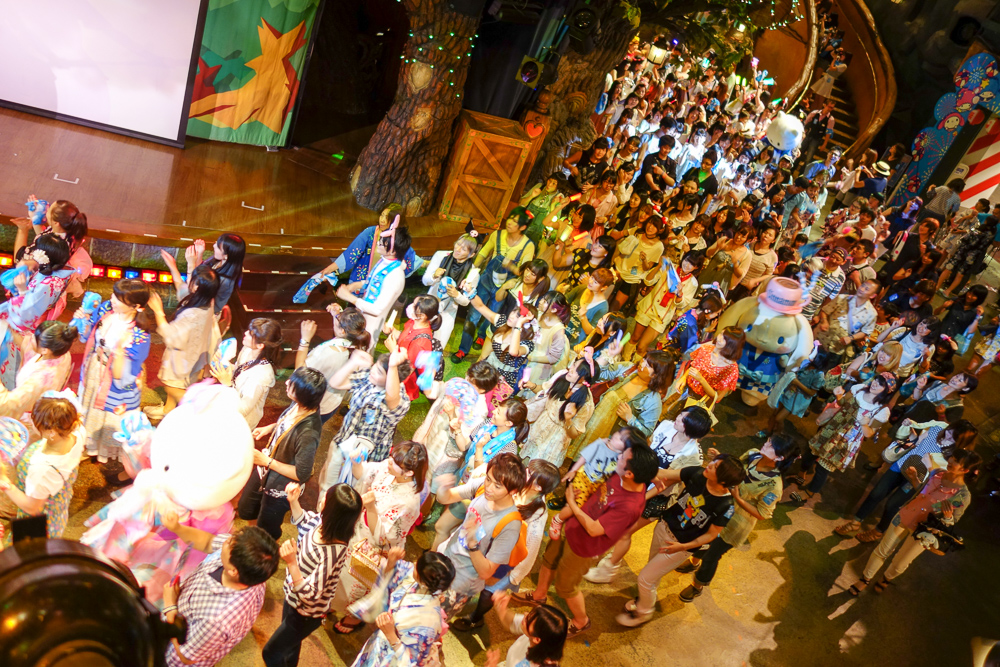 夜イベントのプレビュー、参加ダンスの様子。1階はほぼ全員が参加している。