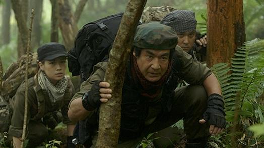 隊長を務める藤岡弘、さん(中央)とジャングルクルーズ探険隊 (c)Disney