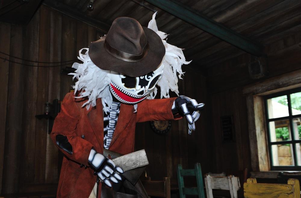 「ユカタン・ベースキャンブ・グリル」の墓泥棒と墓守のスケルトンたち (c)Disney