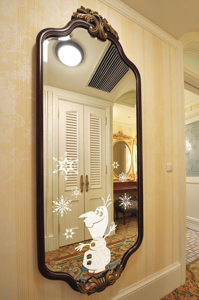 笑顔いっぱいのオラフがデザインされた鏡 (c)Disney