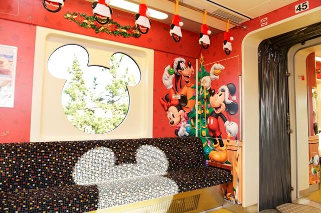 ディズニー クリスマス ライナー車内 (c)Disney