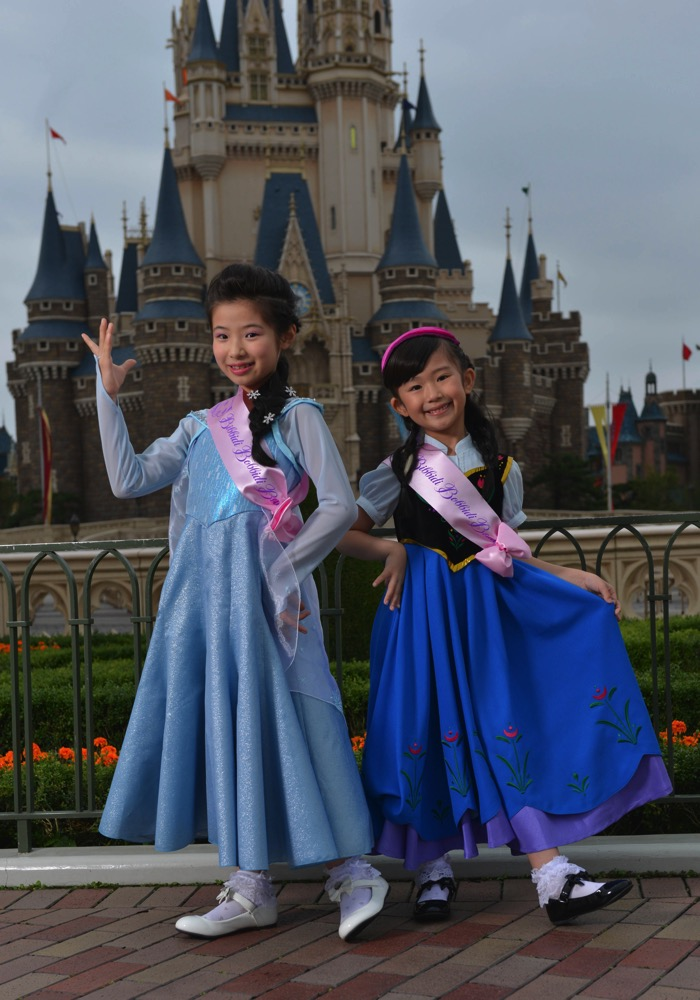 エルサ(左)とアナ(右)のドレス着用イメージ (c)Disney