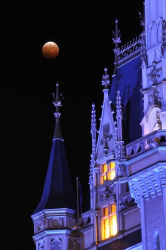 パークから観測する皆既月食 (c)Disney