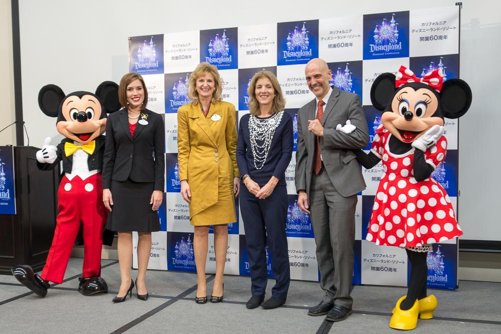 左からミッキーマウス、2015ー2016年ディズニーランド・リゾートアンバサダー ジェシカ・バーナード氏、米ディズニー マーケティング&セールス シニア・バイスプレジデント ジル・エストリノ氏、駐日アメリカ合衆国大使 キャロライン・ケネディ氏、アメリカ大使館商務担当行使 アンドリュー・ワイレガラ氏、ミニーマウス。/As to Disney photos, logos, properties: (c)Disney