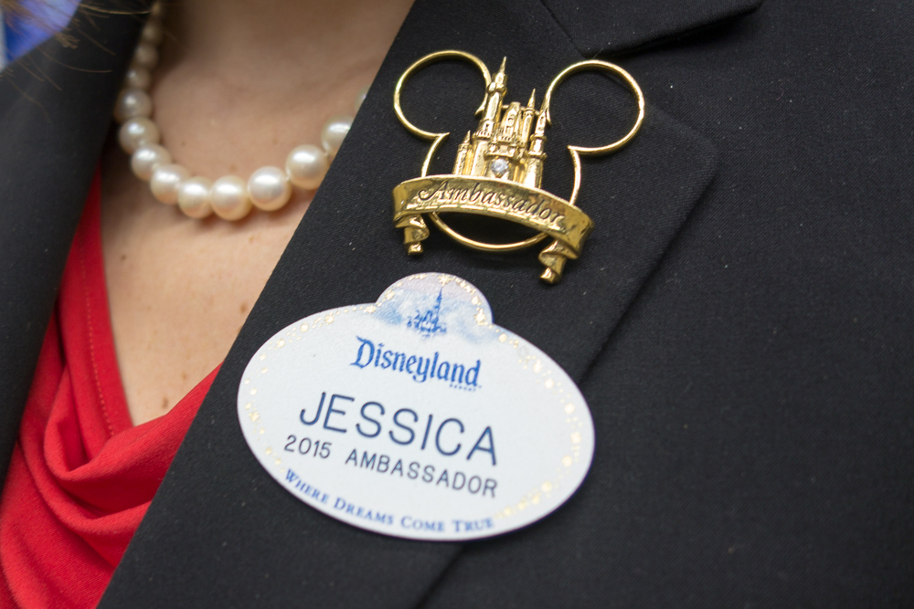ジェシカさんのネームタグとアンバサダーバッジ/As to Disney photos, logos, properties: (c)Disney