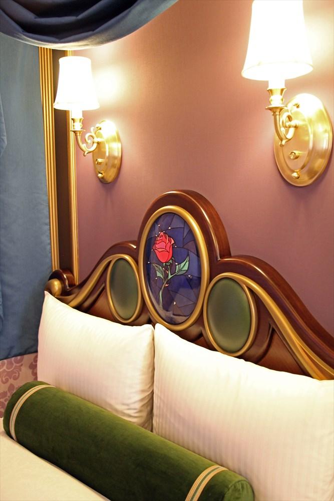 ベッドには魔法のバラが