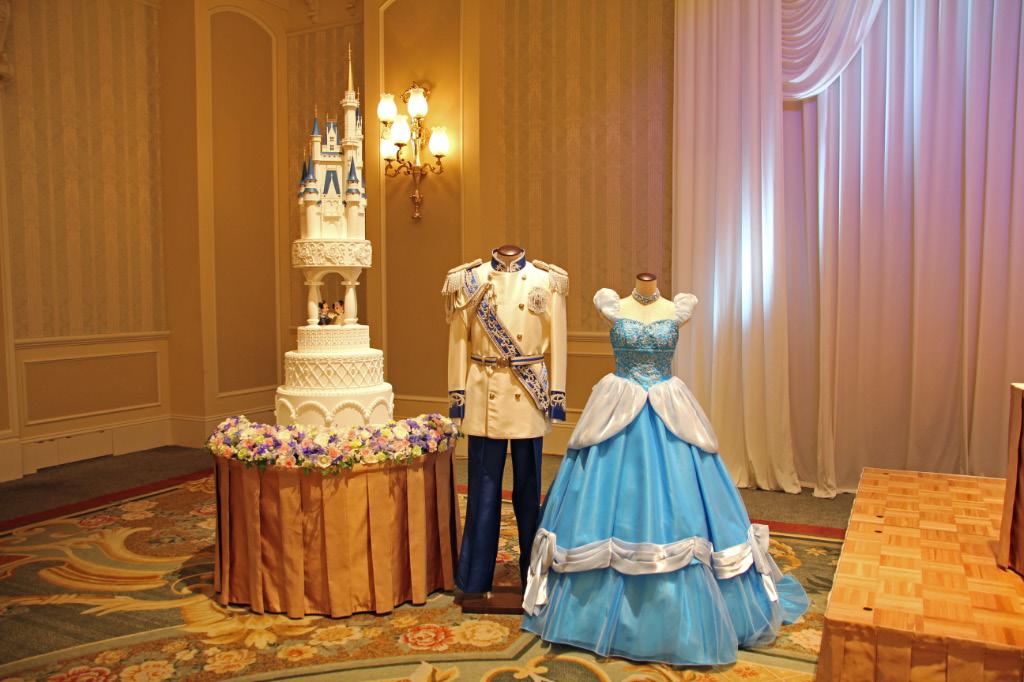 プリンス、プリンセスの気分を味わえる衣装とウェディングケーキ