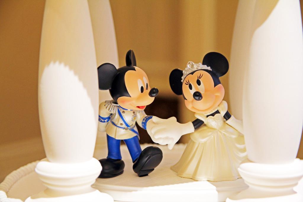 ウェディングケーキ。ミッキーとミニーがお祝いしてくれます