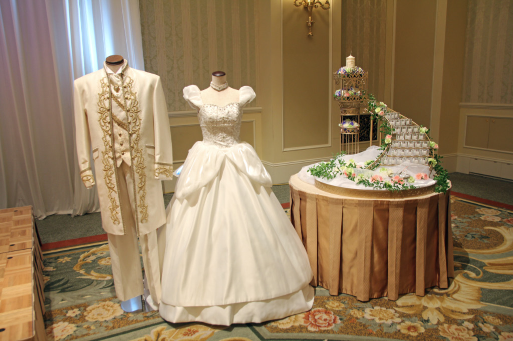 ウェディングドレスは純白のドレス、カラードレスから選べます