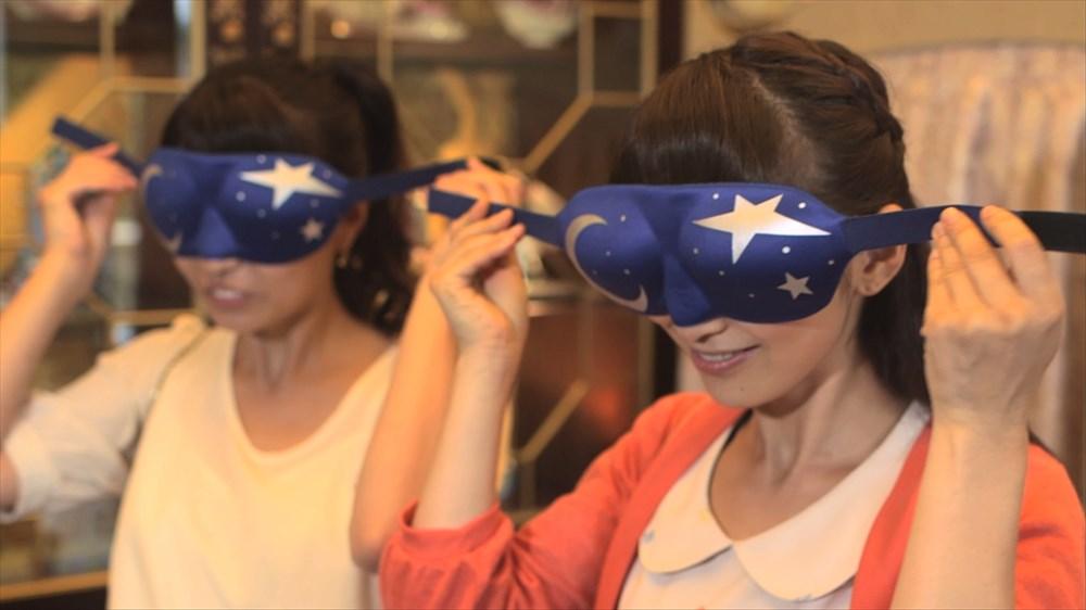 アイマスクを着ける参加者