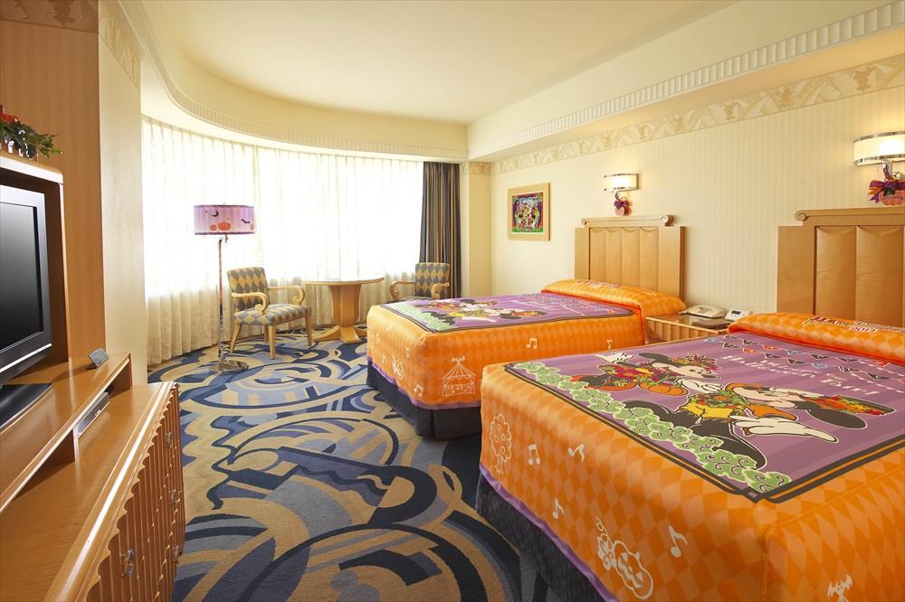 ディズニーアンバサダーホテル「ディズニー・ハロウィーン」デコレーション客室  (c)Disney