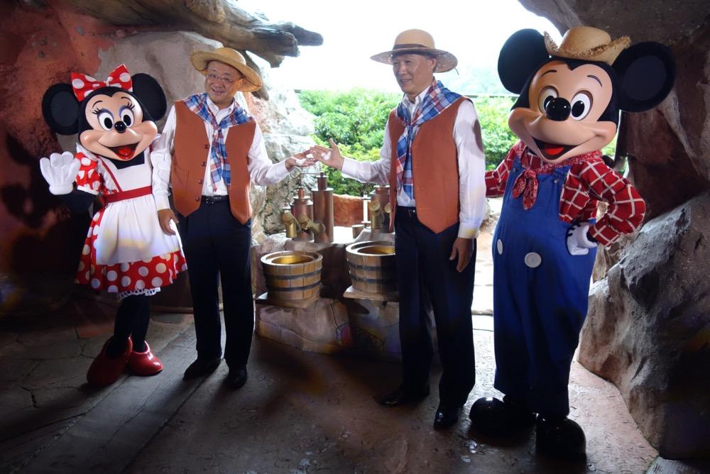 手にミッキー泡を持ってポーズ。右からミッキーマウス、花王 代表取締役社長執行役員 澤田道隆氏、オリエンタルランド代表取締役社長兼COO 上西京一郎氏、ミニーマウス