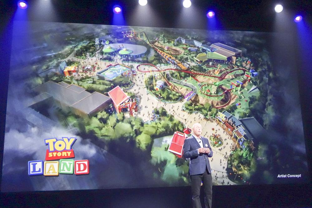 トイ・ストーリー・ランド全景。おそらく左の建物が現在のトイ・ストーリー・マニアで、エントランスの場所が変更されると予想される