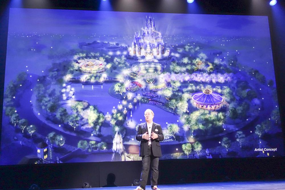 Mickey Avenue、およびGardens of Imaginationの夜景。これまでのマジックキングダム型パークにおけるハブに相当する場所