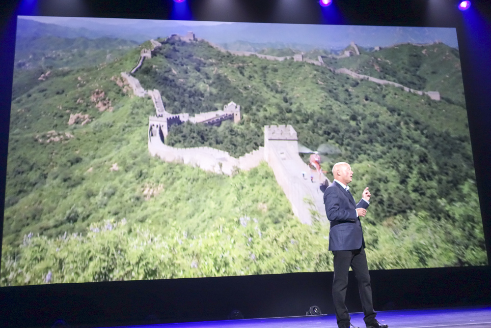 Soarin' over the Horizonには万里の長城も登場。そしてサプライズとして、このアップデートがディズニー・カリフォルニア・アドベンチャー版、およびEpcot版にも反映されると発表がありました