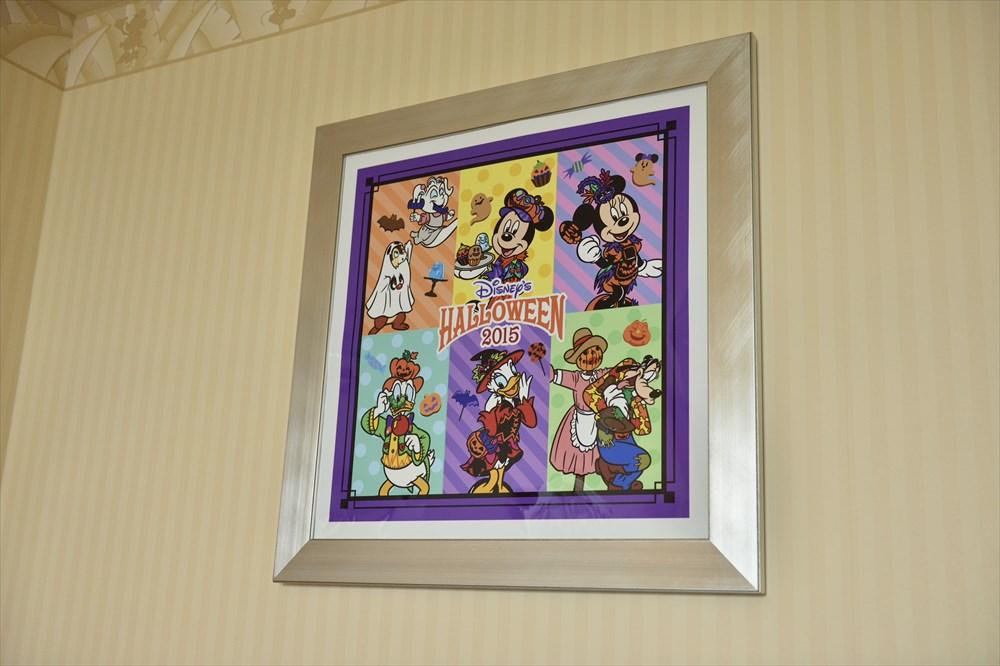 """""""ディズニー・ハロウィーン""""デコレーションの客室(額装アートのイメージ) (c)Disney"""