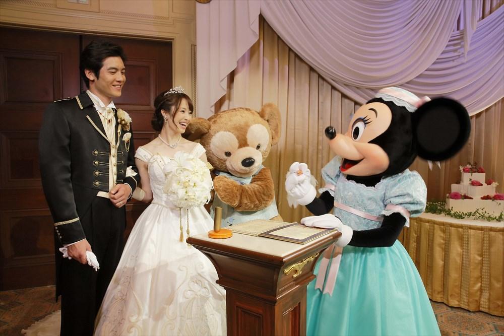 結婚誓約書への署名 (c)Disney