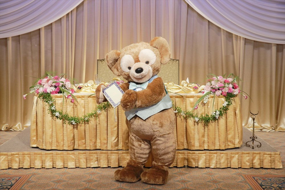 ダッフィーが結婚誓約書を持って入場 (c)Disney