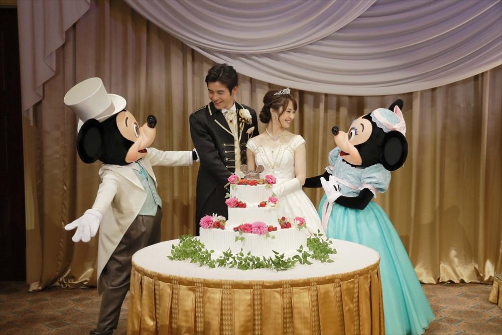 ミッキー、ミニーによるケーキ入刀のお手伝い (c)Disney