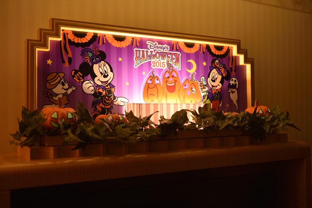 """""""ディズニー・ハロウィーン""""デコレーションの客室(テレビ台のオブジェのイメージ) (c)Disney"""