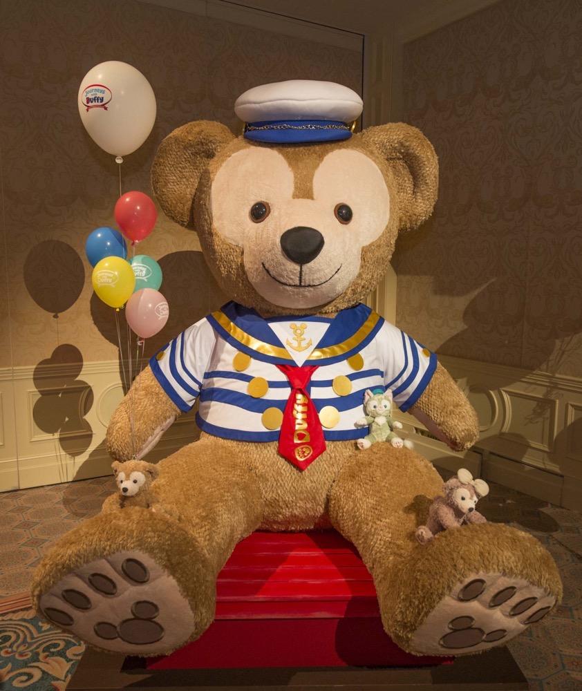 大きなダッフィーのぬいぐるみ(写真は東京ディズニーシー・ホテルミラコスタにて展示したときのもの) (c)Disney