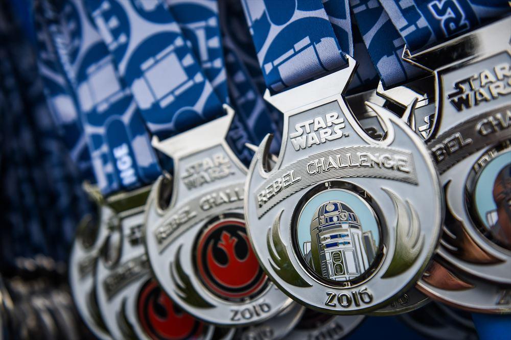 スター・ウォーズ・ハーフマラソン・ウィークエンドのメダル (As to Disney artwork, logos and properties:©Disney)