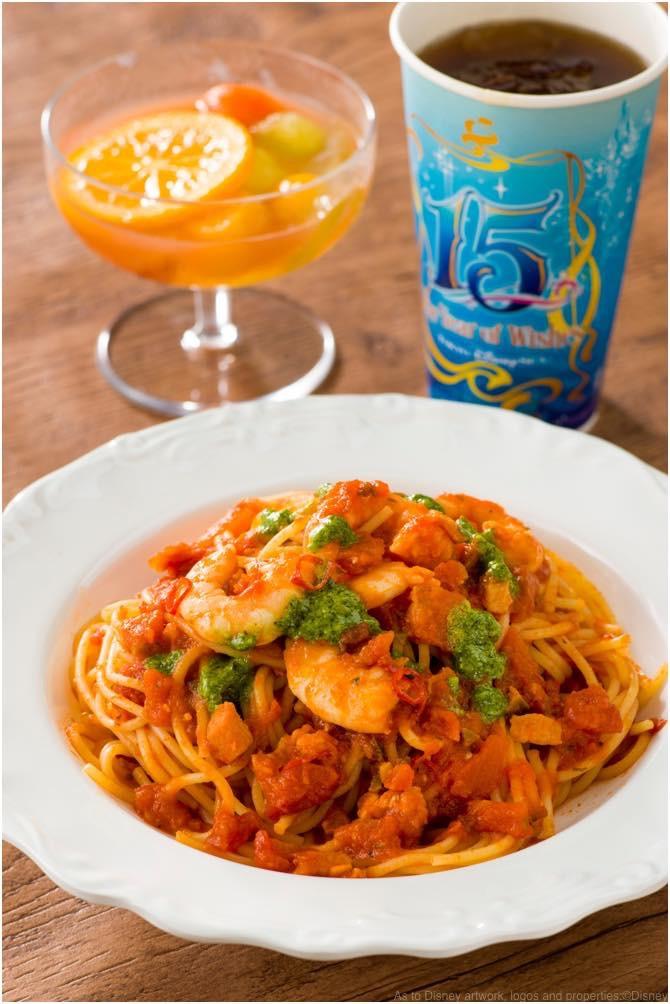 スパゲッティ、海老のスパイシートマトソースのスペシャルセット ザンビーニ・ブラザーズ・リストランテ 1580円 (c)Disney