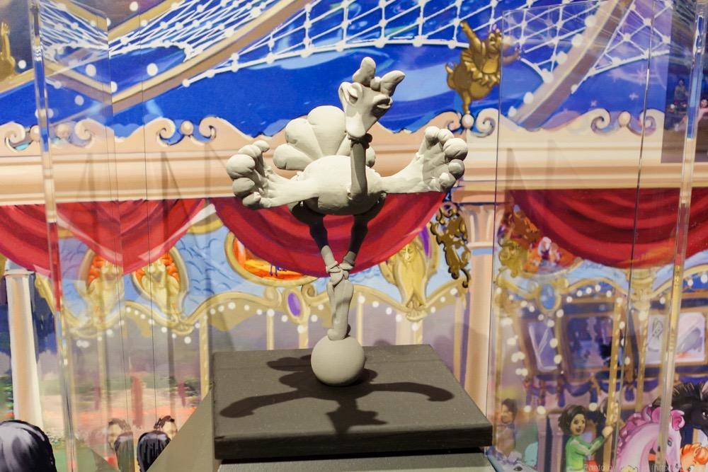 周りにはファンタジアに登場したキャラクターたちの像も置かれるようです。こちらは「時の踊り」からダチョウ。