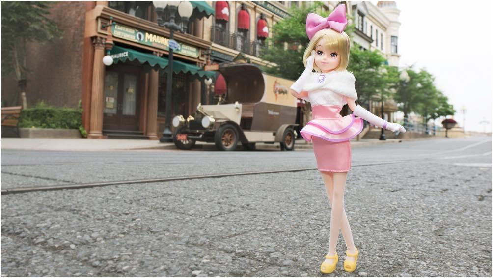 デイジーダックをイメージしたお洋服を着た女の子 (c)Disney