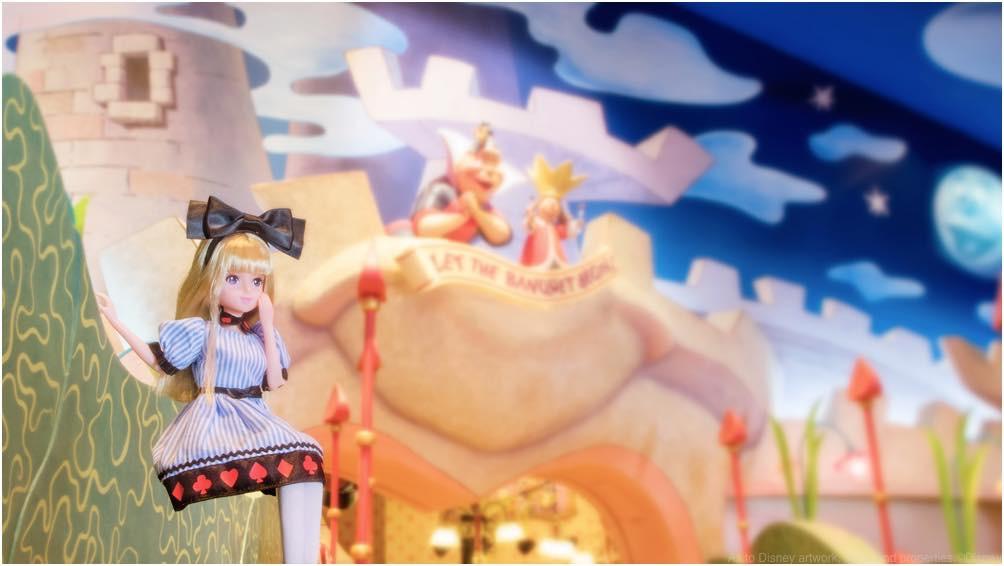 アリスをイメージしたお洋服を着た女の子 (c)Disney