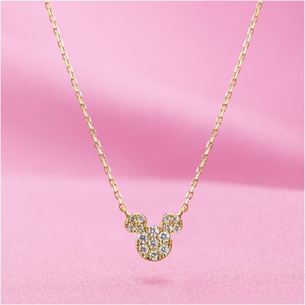 18K ダイヤモンドネックレス Designed by AHKAH ダイヤモンド約0.11ct(総カラット)  チェーン約40cm トップ約6mm×7mm 15万円 販売店舗:エンポーリオ (c)Disney