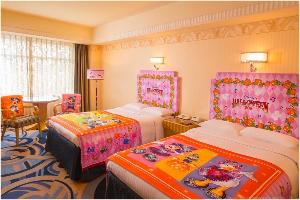 """""""ディズニー・ハロウィーン""""デコレーションの客室(スタンダードフロア デラックスルーム) (c)Disney"""