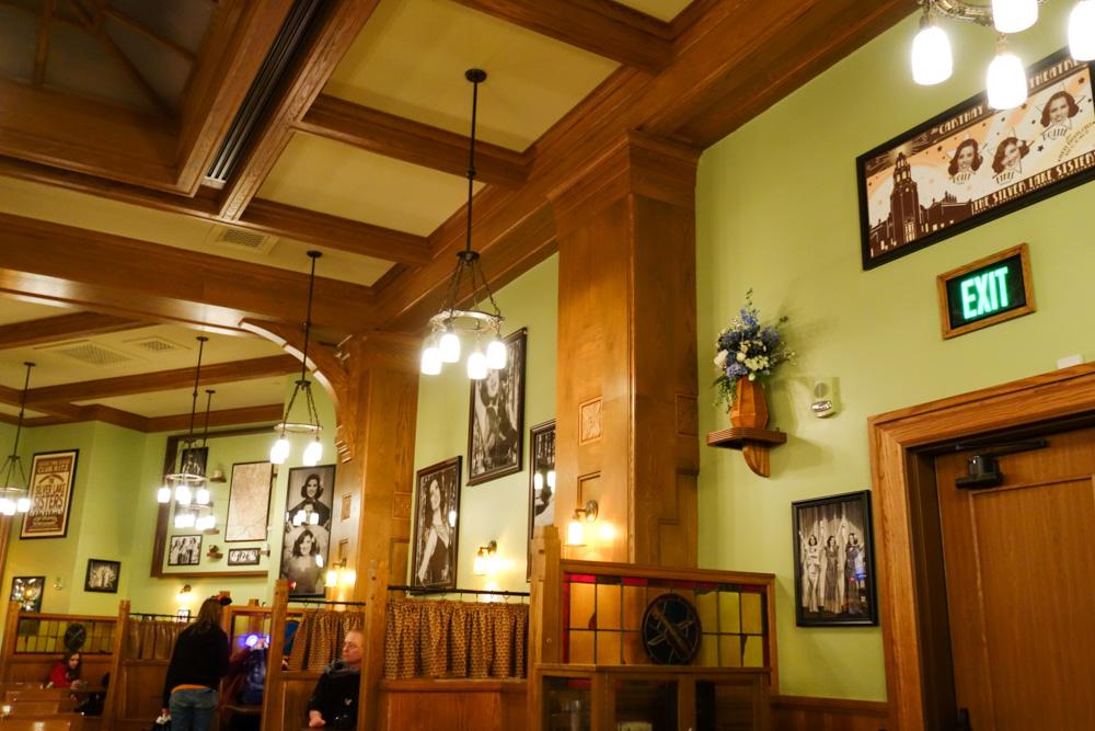 Fiddler, Fifer & Practical Cafe店内には3姉妹の写真がいっぱい