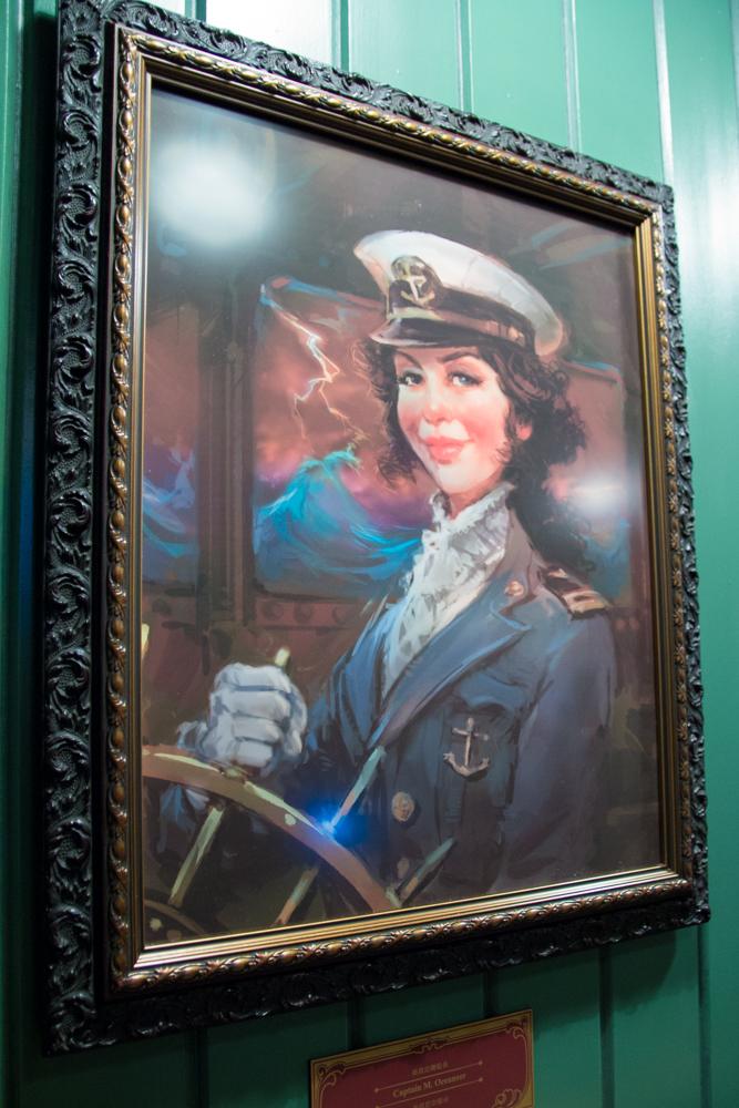Captain Mary Oceaneer(香港ディズニーランド、ミスティック・マナーのキューラインより)