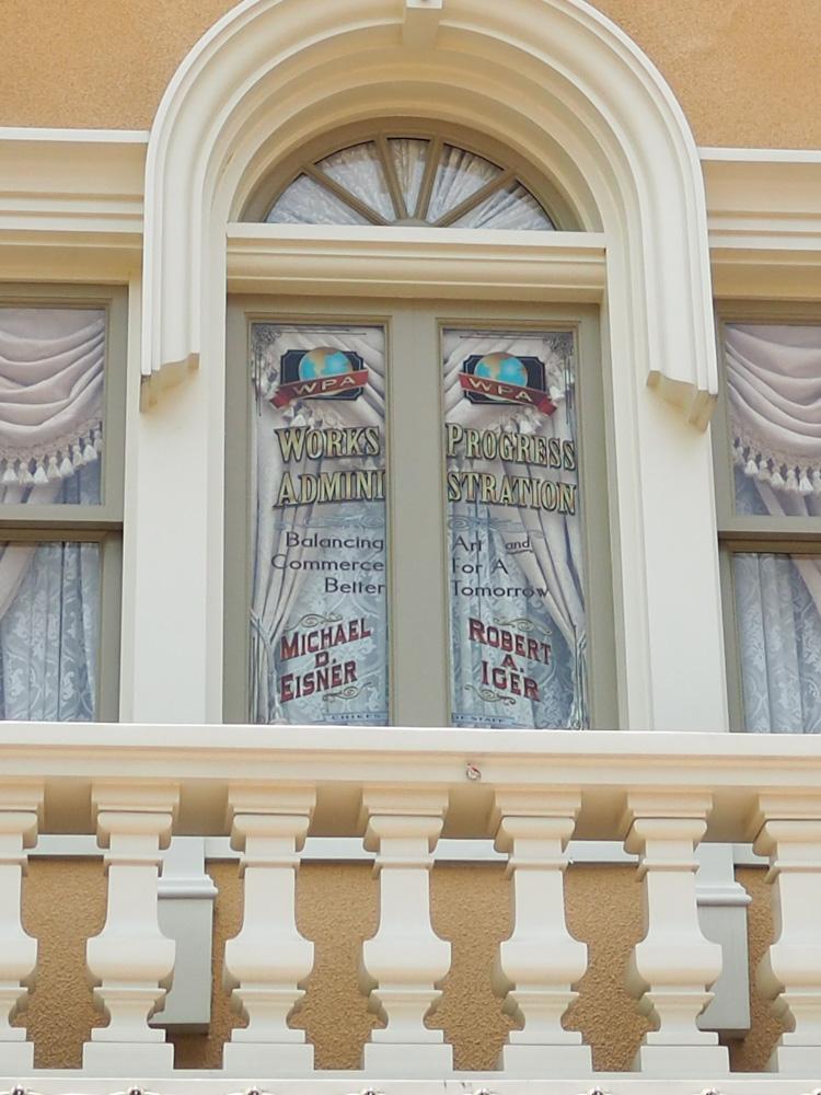 香港ディズニーランドを作り上げたマイケル・アイズナーの横に、ちゃっかりきっちり名前を残すボブ・アイガーの図。これディズニー・カリフォルニア・アドベンチャーでも見たけどすごくエグい
