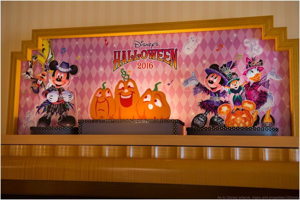 """""""ディズニー・ハロウィーン""""デコレーションの客室 (c)Disney"""