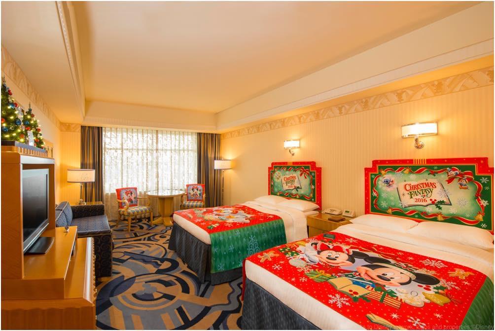 「クリスマス・ファンタジー」デコレーションの客室 (c)Disney