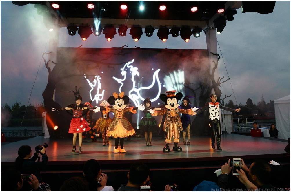 Mickey Mouse and Minnie Mouse dressed in brand-new costumes to join Frightfully Fun Halloween Show (c)Disney