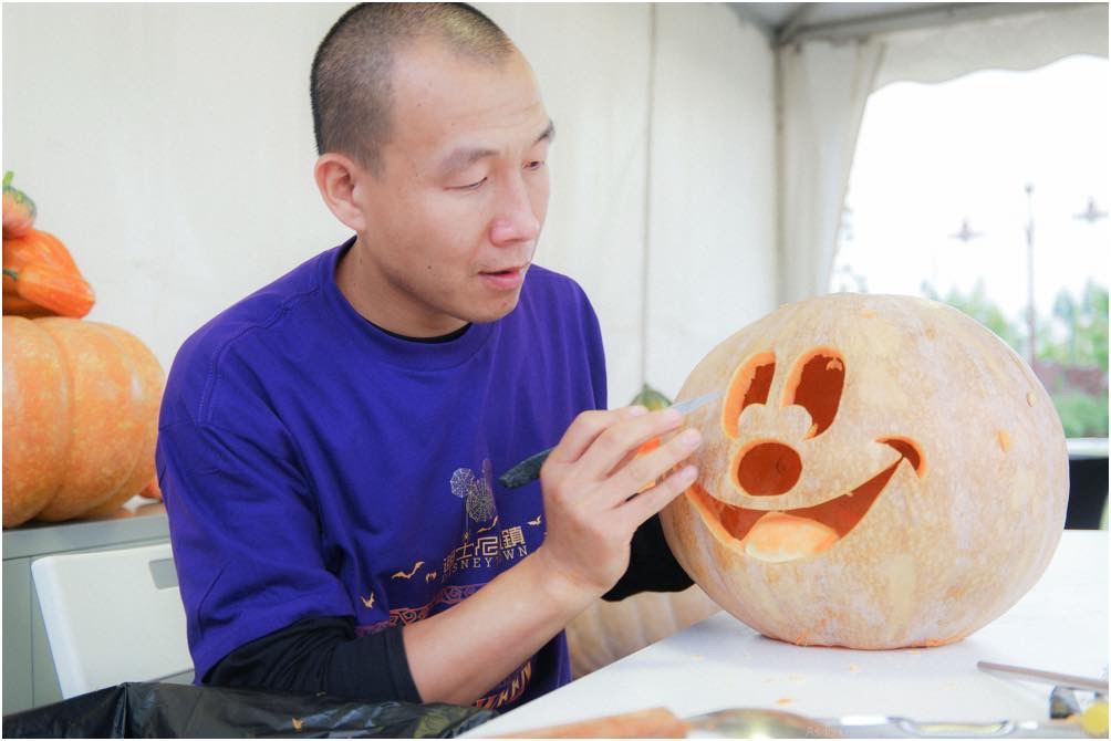 Jack-O-Lantern Carving Demonstration (c)Disney