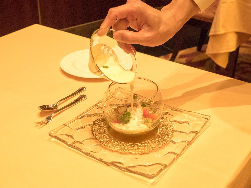 芭蕉イカのマリネ ホワイトガスパチョを注いで、の「注いで」(通常はゲストがやります)