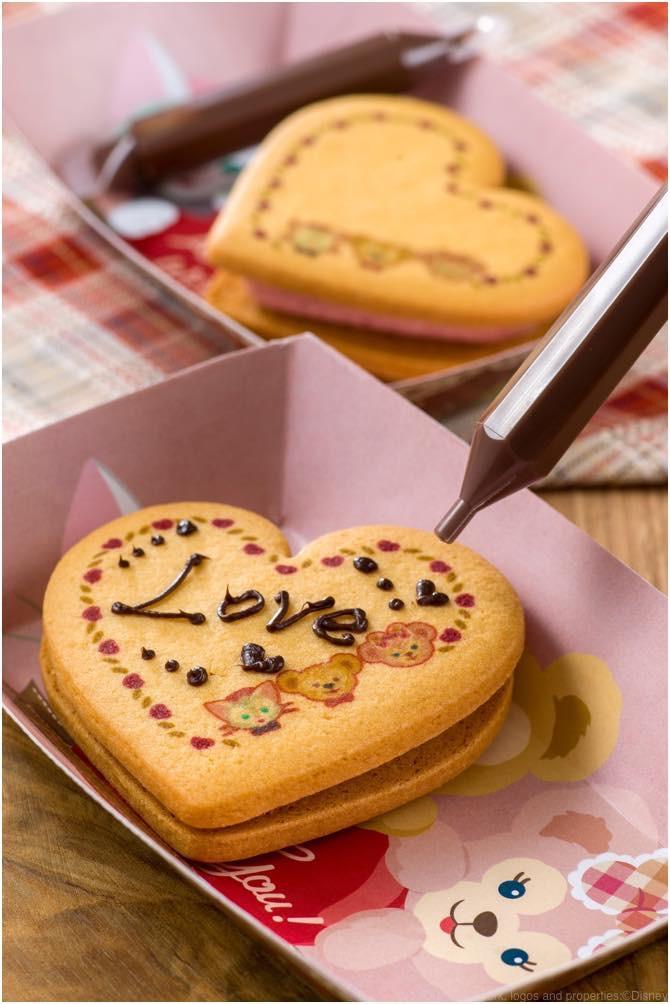 ハートクッキー(ラズベリー&バニラクリーム)  380円 (c)Disney